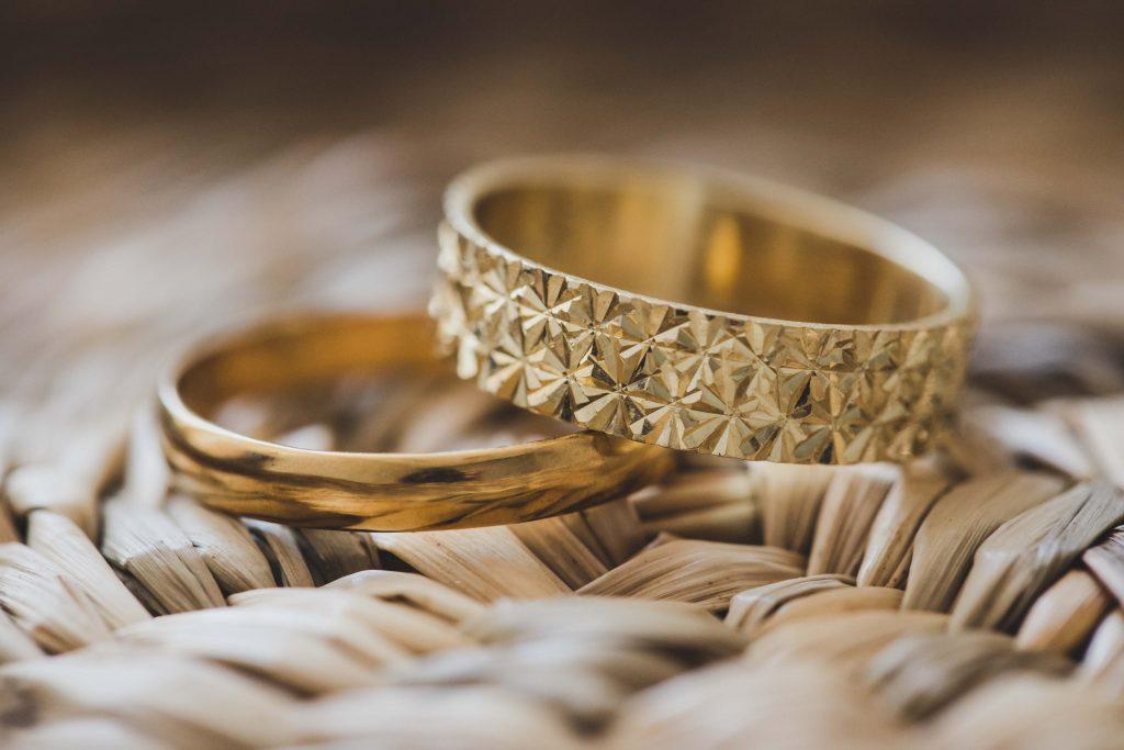 טבעות חתן וכלה בזמן ההכנות של אסף ודניאל שהתחתנו באודאון עמק חפר