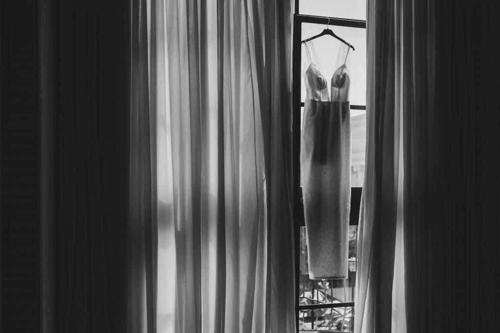 שמלת כלה על החלון באולם אודאון שבעמק חפר