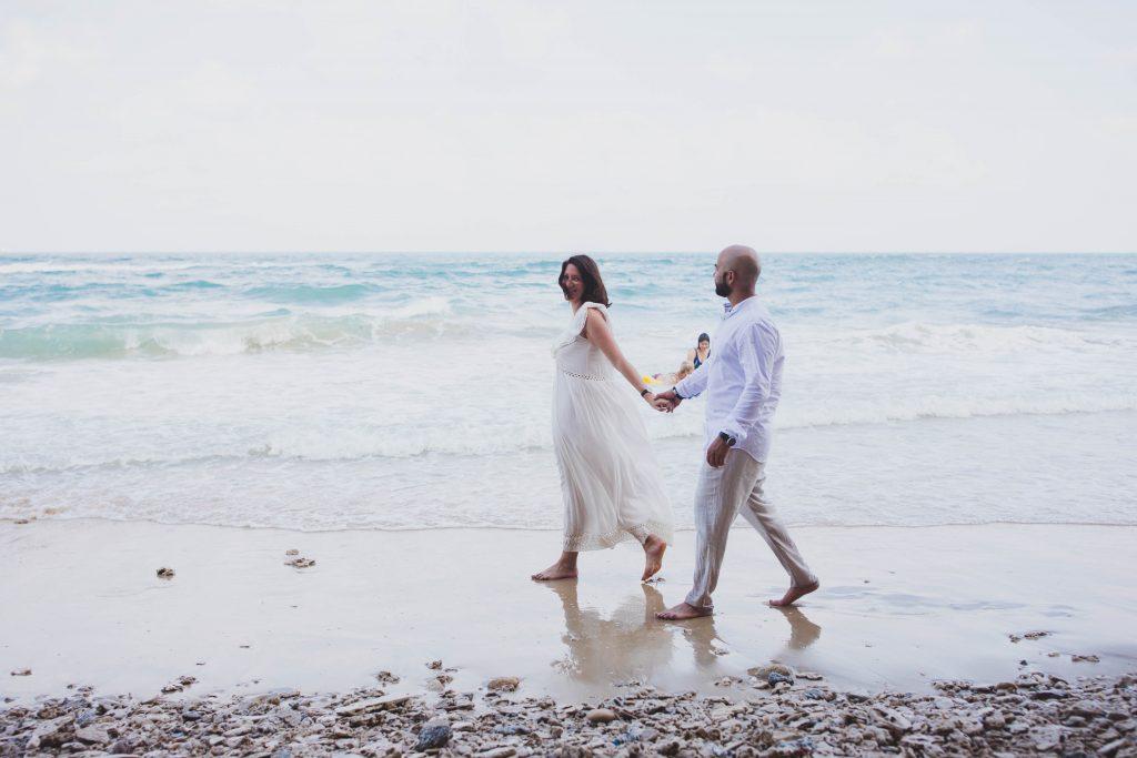 אליסון ודויד צועדים בחוף רגע מתוך הצילומי זוגיות שלהם