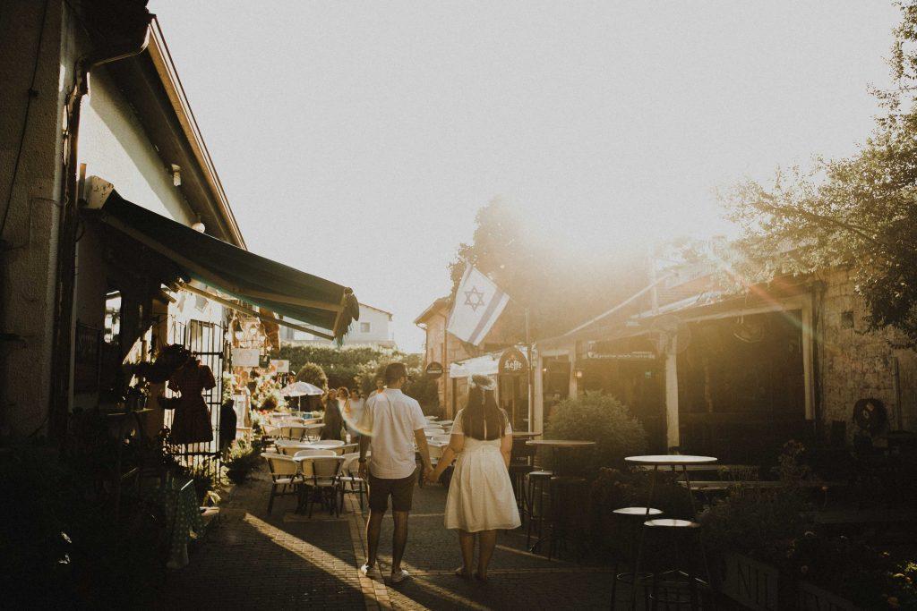 אמילי ויוגב צועדים במדרחוב של זכרון יעקוב