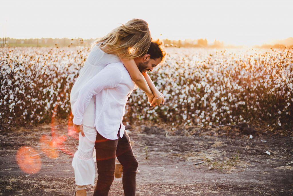 צילומי זוגיות לפני החתונה בשדה כותנה