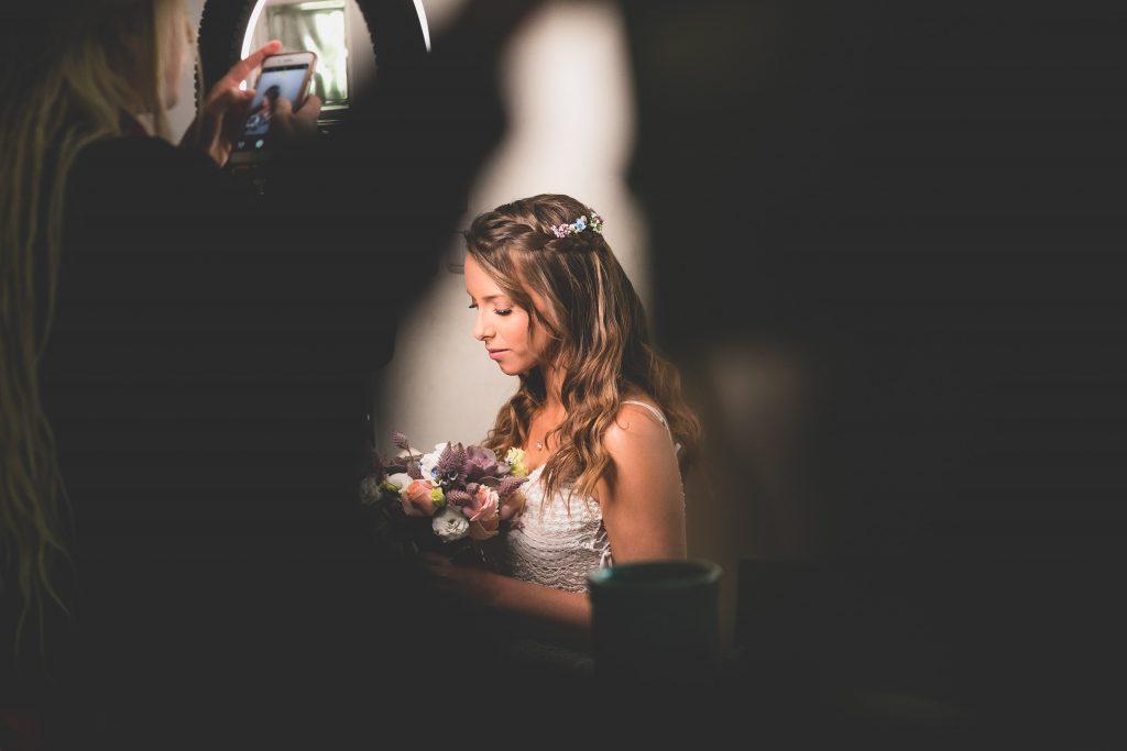 יעל הכלה בהכנות אחרונות רגע לפני המפגש עם החתן