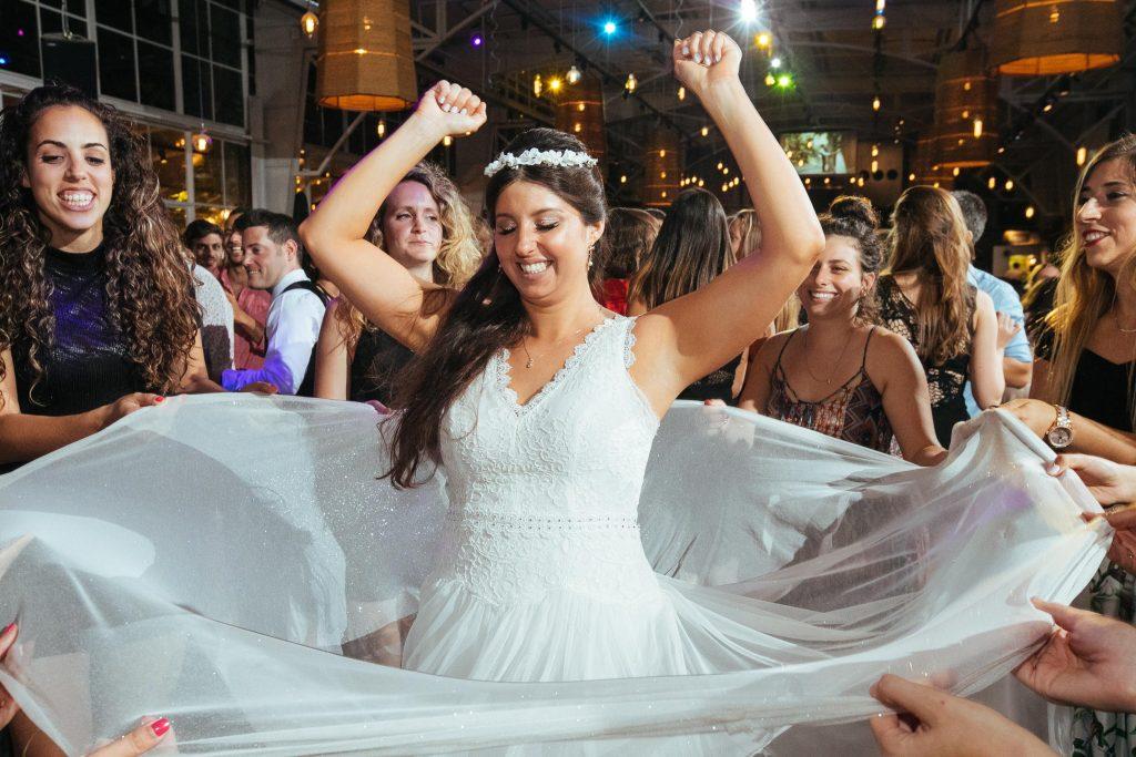 כלה רוקדת בחתונה