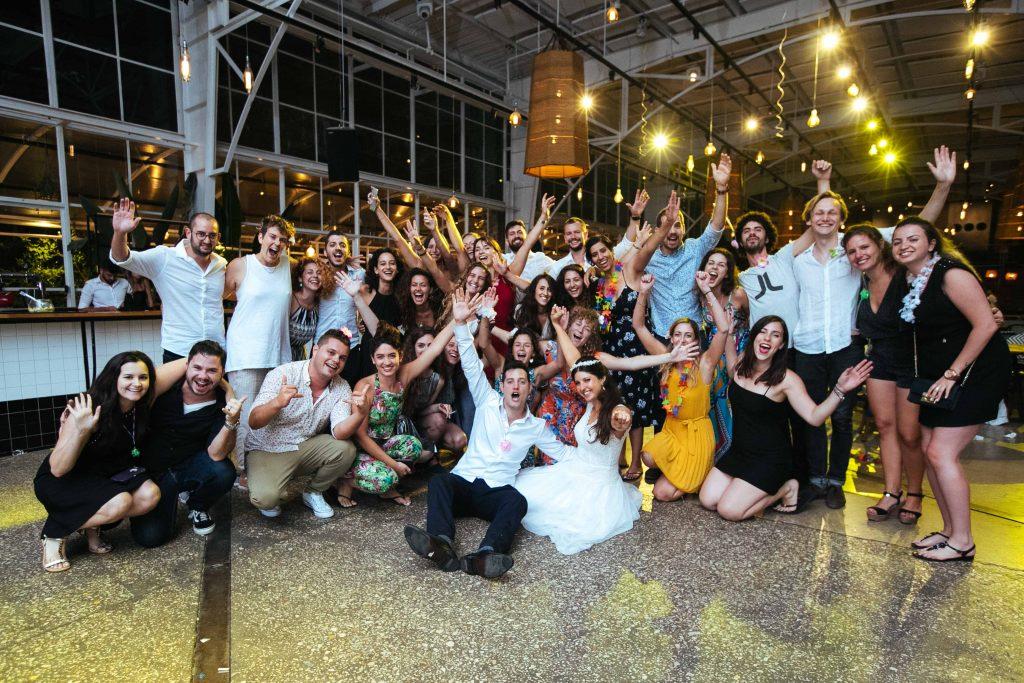 תמונה מחתונה של כל האורחים
