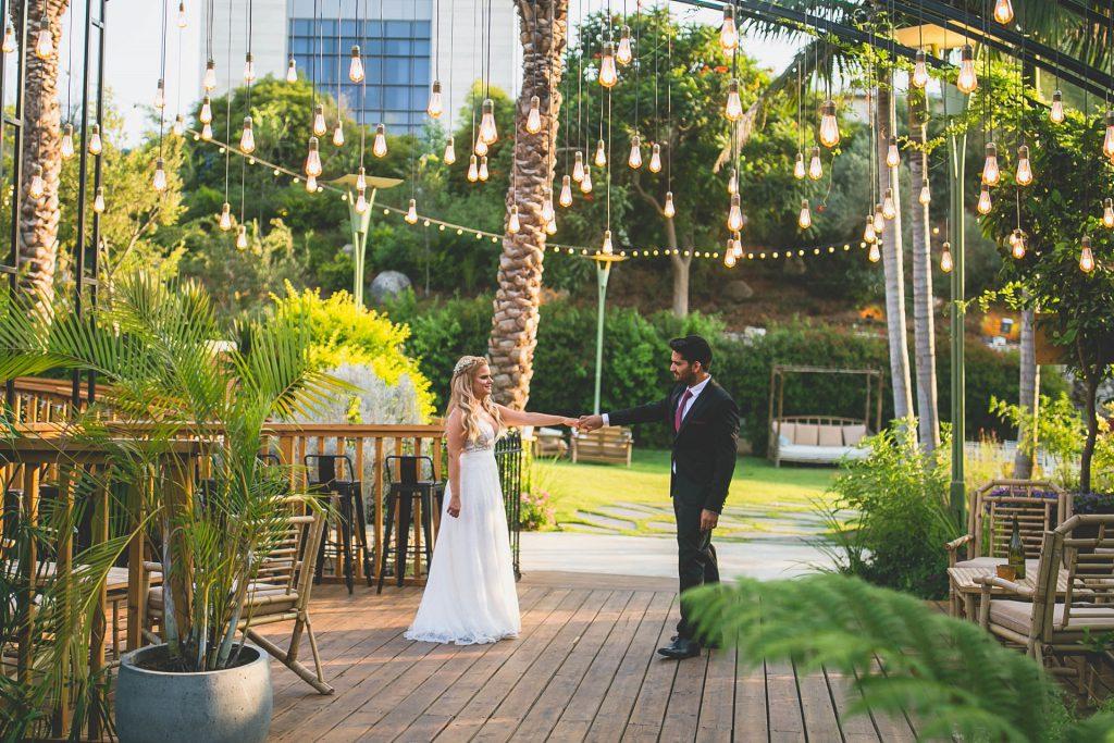 צלם סטילס לחתונה שי ואישתו ברגע מהצילומי חוץ בגבעת ברנר