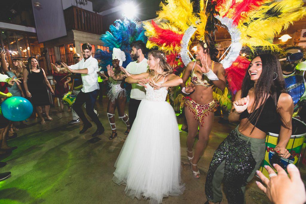 מחפשים אטרקציות לחתונה שיעשו שמח ברחבת הריקודים? רקדניות ברזליות הדבר הבא בעולם החתונות