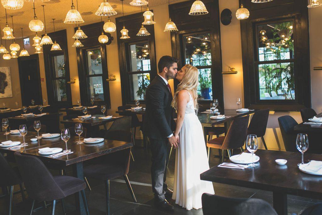 חתן וכלה מתנשקים במלון ליר