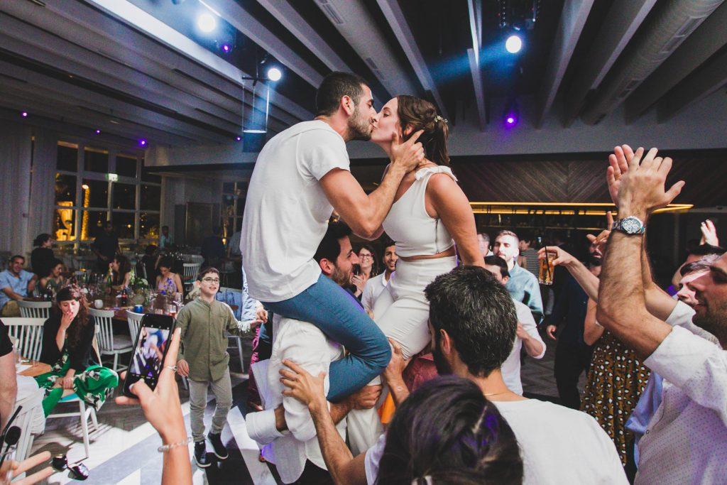 אלבום דיגיטלי לחתונה זוג מורם על הכתפיים